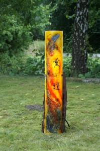 """Glas & Meer - Gundula Menking """"Wu-Wei"""" - Baumstamm mit Glas, Kaligraphire, beleuchtet, Glasplastik und Garten, Munster"""
