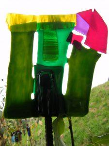 Glasstelen schaffen ganzjährig farbige Lichtblicke im Garten
